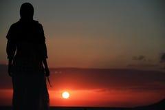 祈祷在日落 免版税图库摄影