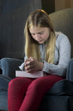 祈祷在椅子的女孩 免版税图库摄影