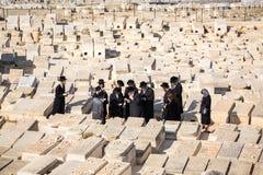 祈祷在橄榄山公墓,耶路撒冷的正统犹太人 免版税库存照片