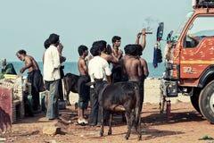 祈祷在海滩的印度香客 免版税图库摄影