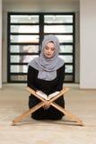 祈祷在清真寺和读古兰经的妇女 库存图片