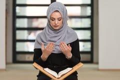 祈祷在清真寺和读古兰经的妇女 免版税库存图片