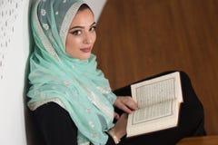 祈祷在清真寺和读古兰经的妇女 库存照片