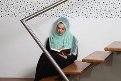祈祷在清真寺和读古兰经的妇女 免版税图库摄影