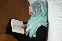 祈祷在清真寺和读古兰经的妇女 免版税库存照片