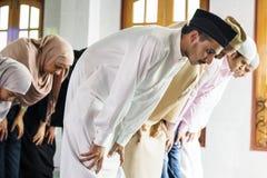 祈祷在清真寺的穆斯林 库存照片