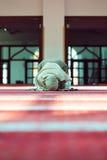 祈祷在清真寺的年轻美丽的回教妇女 图库摄影