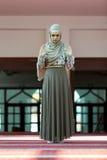 祈祷在清真寺的年轻美丽的回教妇女 库存照片