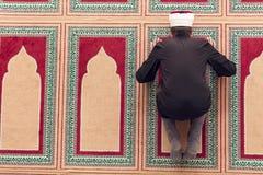 祈祷在清真寺里面的一个宗教回教人的顶视图 免版税图库摄影
