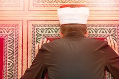 祈祷在清真寺里面的一个宗教回教人的顶视图 库存图片