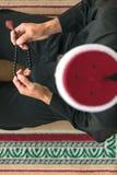 祈祷在清真寺里面的一个宗教回教人的顶视图 库存照片