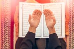祈祷在清真寺里面的一个宗教回教人的顶视图 免版税库存图片