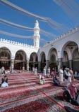 祈祷在渠坝清真寺的穆斯林 免版税库存图片