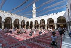 祈祷在渠坝清真寺的穆斯林 免版税库存照片