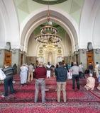 祈祷在渠坝清真寺的穆斯林 免版税图库摄影