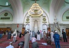 祈祷在渠坝清真寺的穆斯林 库存照片