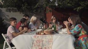 祈祷在用餐前的人们 影视素材