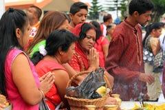 祈祷在神圣的湖的印地安人民庆祝新年,毛里求斯 免版税库存图片