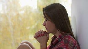 祈祷在窗口附近的妇女早晨 影视素材