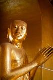 祈祷在缅甸的金黄菩萨 库存照片