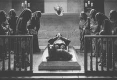 祈祷在葬礼的修士 免版税库存图片