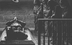 祈祷在葬礼的修士 库存照片