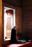 祈祷在蓝色清真寺,土耳其的穆斯林 免版税库存图片