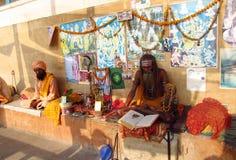 祈祷在街道上的印度piligrim sadhu在印度 免版税图库摄影