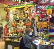 祈祷在西藏寺庙的一个人在新加坡 免版税图库摄影