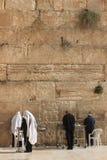 祈祷在西部墙壁的正统犹太人 免版税库存图片