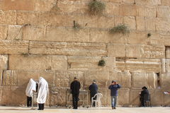 祈祷在西部墙壁的正统犹太人 库存照片