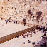 祈祷在西部墙壁的犹太人 旅行向耶路撒冷 以色列 库存照片