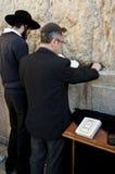 祈祷在西部墙壁的犹太人 库存照片