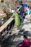 祈祷在金黄岩石附近的献身者 Kyaiktiyo塔 星期一状态 缅甸 库存照片