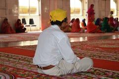 祈祷在锡克教徒的寺庙的人 免版税库存照片