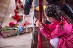 祈祷在阿塔图尔克坟茔的未认出的女孩 免版税库存照片