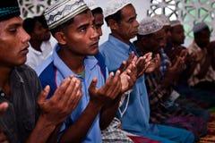 祈祷在Asr祷告以后的Rohingya难民。 库存图片