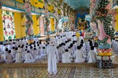 祈祷在Cao戴寺庙的人们在越南 免版税库存图片