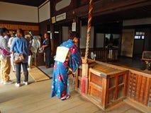 祈祷在Kiyomizu寺庙,京都,日本的夫人 免版税库存照片