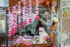 祈祷在Manikaran gurdwara的锡克教徒的教士在喜马偕尔邦,印度库尔卢区  免版税库存图片