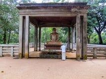 祈祷在Samadhi雕象附近的佛教人 库存照片