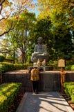 祈祷在Sensoji籍,寺庙在浅草,日本 免版税库存照片