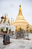 祈祷在Shwedagon塔,缅甸的妇女 免版税库存照片