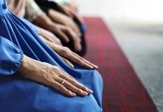 祈祷在Tashahhud姿势的穆斯林 免版税库存照片