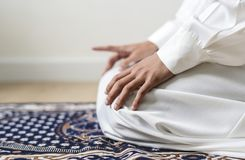 祈祷在Tashahhud姿势的穆斯林 库存照片