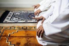 祈祷在Tashahhud姿势的穆斯林 库存图片