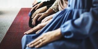 祈祷在Tashahhud姿势的穆斯林 免版税图库摄影