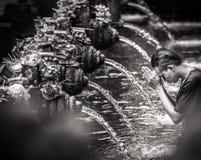 祈祷在tirta empul喷泉的一个人在巴厘岛 库存图片