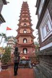 祈祷在Tran Quoc塔的fron的妇女在河内,越南 免版税库存照片