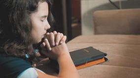 祈祷夜的女孩 女孩手祈祷 女孩圣经在她的手上祈祷与圣经 的treadled 影视素材